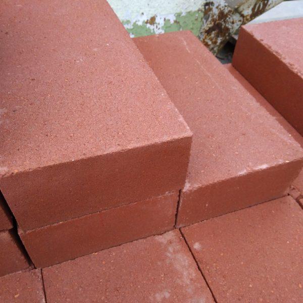 Блок накрывочный бетонный красный